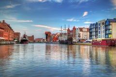 Haven met kraan in oude stad van Gdansk Stock Afbeeldingen