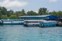Haven met passangersboten bij het tropische eiland van Villingili royalty-vrije stock afbeeldingen