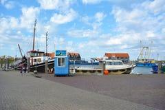 Haven met schepen op zonnige de zomerdag royalty-vrije illustratie