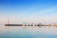 Haven met verankerde boten op meer Balaton Royalty-vrije Stock Foto's