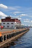 Haven in Oslo met een pijler en met kranen op de achtergrond noorwegen stock foto's