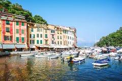 Haven, Portofino, Italië, Genua, Ligurië, 09 augustus, 18: de toeristen, comfortabele koffie, kleurden huizen, boten en jachten i stock fotografie