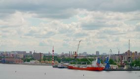 Haven tijd-Tijdspanne van Stad heilige-Peterburg in een dag van de wolkenzomer stock video