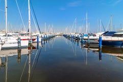 Haven van Cervia met boten en jachten op de kade, Italië Stock Foto's