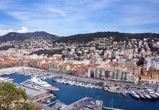 Haven van de Franse stad van Nice De priv? jachten en de boten worden geparkeerd dichtbij de kust royalty-vrije stock afbeelding