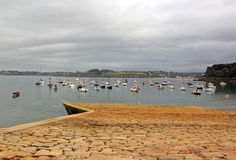 Haven van Douarnenez, de pijler at low tide Bretagne, Finistere, Frankrijk Stock Foto