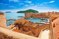 Haven van Dubrovnik van de muren stock afbeelding