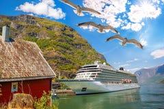 Haven van Flam met cruiseschip in Noorwegen royalty-vrije stock afbeelding