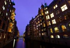 Haven van Hamburg bij nacht duitsland stock foto