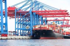 Haven van Hamburg op de rivier Elbe, de grootste haven in Duitsland Stock Foto's