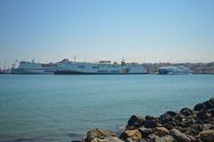 Haven van Heraclion met grote vrachtschepen en overzeese kruisers Stock Foto's