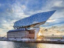 Haven van het hoofdkwartier van Antwerpen, door Zaha Hadid bij dageraad, Antwerpen, België wordt ontworpen dat Stock Foto's