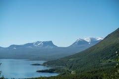 Haven van het Noordse Gebied dat op de zomer met telelens op een zonnige dag wordt gevangen stock foto