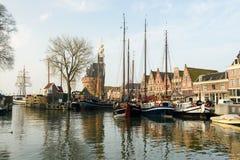 Haven van Hoorn met zeilboten en stadsgebouwen in Nederland stock afbeeldingen