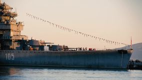 Haven van Novorossiysk, oorlogsschipmuseum en toeristen stock videobeelden
