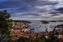 Haven van oude Adriatische eilandstad Hvar bij de zonsondergang Stock Afbeeldingen
