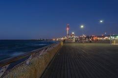 Haven van Tel Aviv; het kustpromenadedek bij het blauwe uur Royalty-vrije Stock Afbeelding
