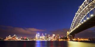 Havenbrug en de horizon van Sydney, Australië bij nacht Royalty-vrije Stock Afbeelding