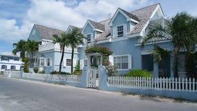 HAVENeiland, ELEUTHERA, DE BAHAMAS - MAART 12, 2017 Blauw huis in de straat stock foto's