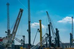 Havenkranen bij de industriële haven in Rostock stock afbeelding