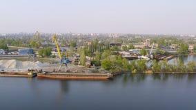 Havenkranen bij de industriezone op een rivierbank