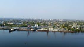 Havenkranen bij de industriezone op rivierbank