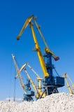 Havenkranen bij de lading in zeehaven Stock Foto's