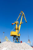 Havenkranen bij de lading in zeehaven Royalty-vrije Stock Fotografie