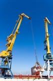 Havenkranen bij de lading in zeehaven Royalty-vrije Stock Afbeelding