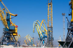 Havenkranen bij de lading in zeehaven Stock Fotografie