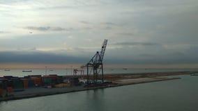 Havenmeertros met containers en kraan Barcelona, Spanje stock video