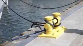 Havenquayside gele meertrosmeerpaal met kabel