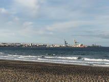 Havenvoorzijde met strand en overzees Royalty-vrije Stock Afbeeldingen