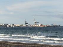 Havenvoorzijde met strand en overzees Stock Foto's
