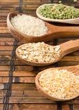 Haver, rijst en erwt in houten lepel Stock Fotografie
