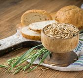 Haverbloem, korrelhaver, haverbrood op houten Stock Afbeelding