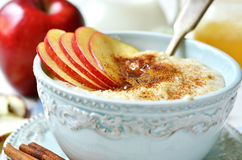 Haverhavermoutpap met appel, honing en kaneel Stock Foto's