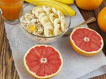 Haverhavermoutpap met banaan en grapefruit juice Royalty-vrije Stock Foto