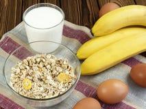Haverhavermoutpap met banaan en melk Stock Fotografie