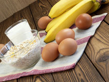 Haverhavermoutpap met banaan en melk Stock Afbeeldingen