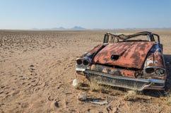 Haveriet av den klassiska salongbilen övergav djupt i den Namib öknen av Angola Royaltyfri Bild