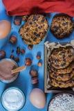 Haverkoekjes met chocoladeschilfers en hazelnoten royalty-vrije stock fotografie