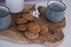 Haverkoekjes op een grijze lijst in rustieke stijl zaden, die in een doos met een houten lepel bakken royalty-vrije stock fotografie