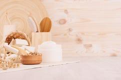 Havermeel flackes en witte room, badtoebehoren op beige houten plank, rustieke kosmetische stijl, exemplaarruimte stock afbeeldingen