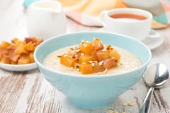 havermeel met gekarameliseerde perziken, thee en yoghurt, close-up Stock Foto's