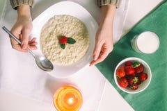 Havermeel met melk Havermoutpap met melk Graangewassen, heerlijk Ontbijt, de Kaars van het dieetontbijt Aardbeien, havermeel en Stock Afbeeldingen