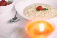 Havermeel met melk Havermoutpap met melk Graangewassen, heerlijk Ontbijt, de Kaars van het dieetontbijt Aardbeien, havermeel en Royalty-vrije Stock Foto
