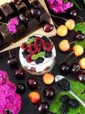 Havermeel met yoghurt en bessen in een kruik royalty-vrije stock fotografie
