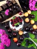 Havermeel met yoghurt en bessen in een kruik stock foto