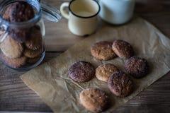 Havermeelkoekjes met een mok melk op houten lijst Royalty-vrije Stock Afbeelding